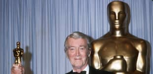 James Stewart (1908-1997) holds his honorary Oscar 25 March 1985 in Hollywood at the 57th Annual Academy Awards