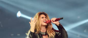 Watch Shania Twain Send A musical Shoutout To Healthcare Workers!