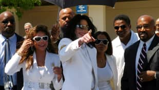 Michael Jackson greets fans with sisters LaToya, Janet and his brother Tito outside the Santa Maria courthouse August 16, 2004