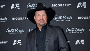 "Garth Brooks makes Kelly Clarkson cry by signing a cover of ""To Make You Feel My Love"""