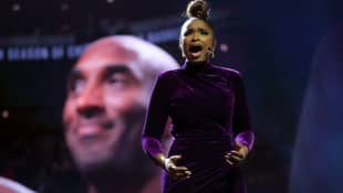 Jennifer Hudson paid tribute to Kobe Bryant during an emotional performance at the NBA all-star game
