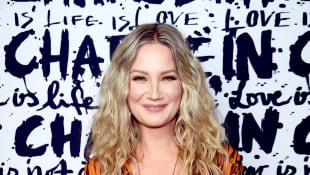 """Jennifer Nettles Wants To """"Remind People of Our Resilience"""" As She Sings 'Tomorrow' From 'Annie'"""