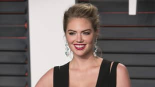Kate Upton poses as she arrives to the 2016 Vanity Fair Oscar Party in Beverly Hills, California on February 28, 2016