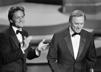 Michael Douglas (L) applauds his father US actor Kirk Douglas (R) during the 57th Annual Academy Awards, on March 25, 1985, in Hollywood, California