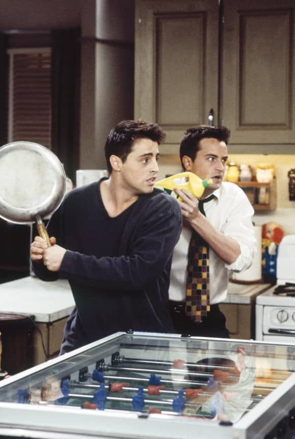 "Matt LeBlanc und Matthew Perry in a scene from the sitcom ""Friends"""