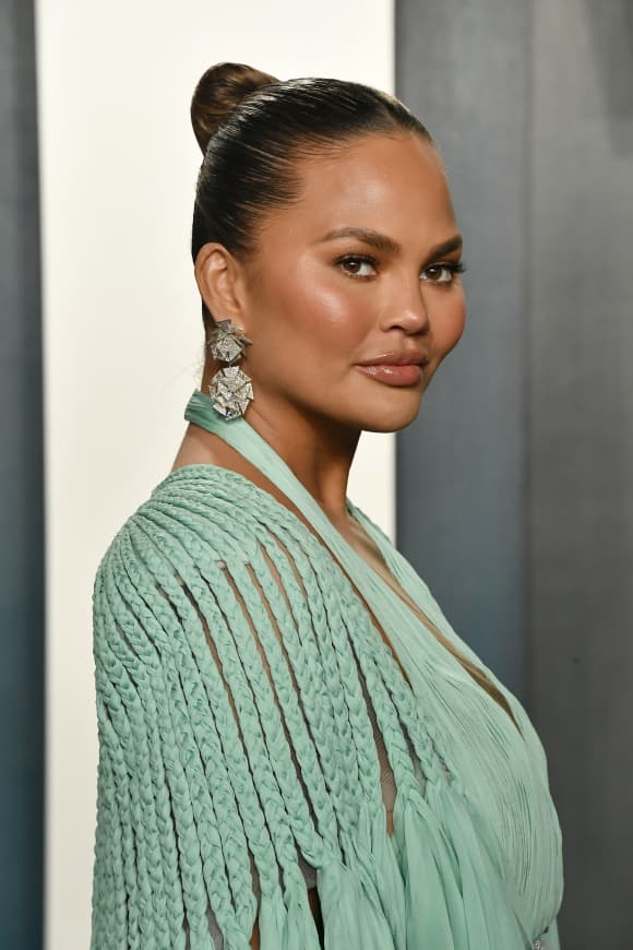 Chrissy Teigen attends the 2020 Vanity Fair Oscar Party on February 09, 2020 in Beverly Hills, California.